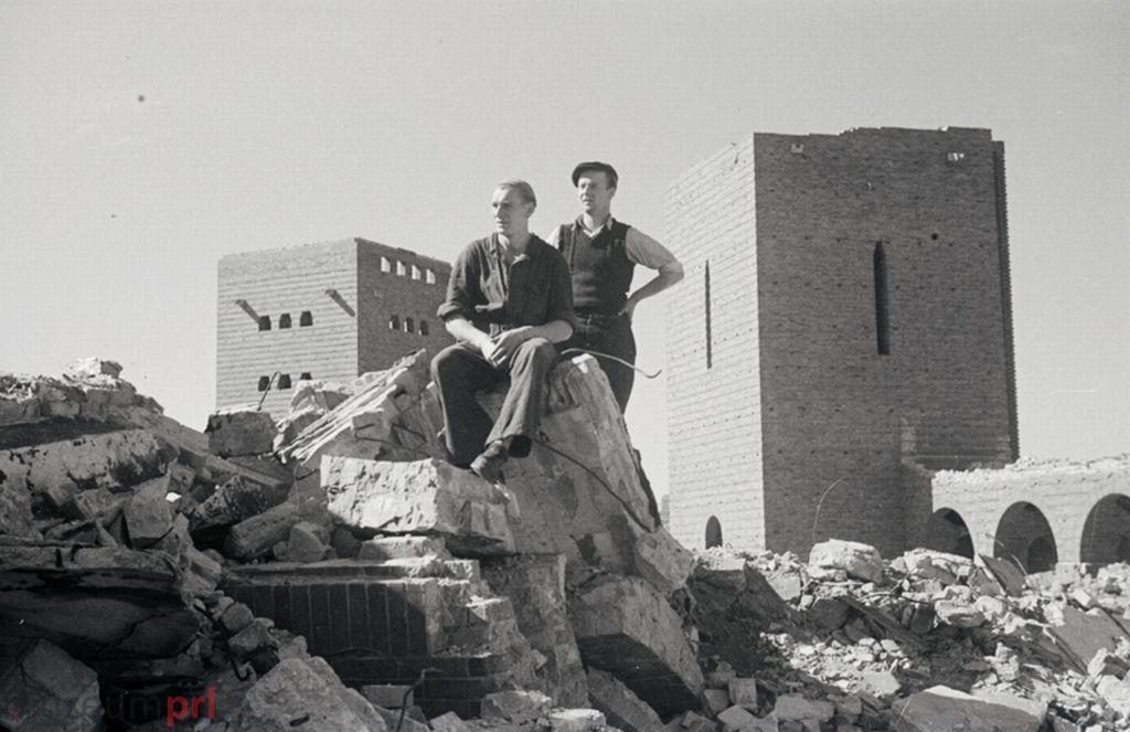 wizerunek  Dwaj mężczyźni pośród pozostałości Mauzoleum Hindenburga/Pomnika Bitwy pod Tannenbergiem.