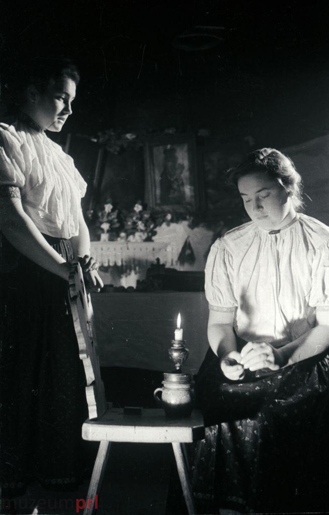 wizerunek  Istebna. Kobiety zadumane nad świecą.
