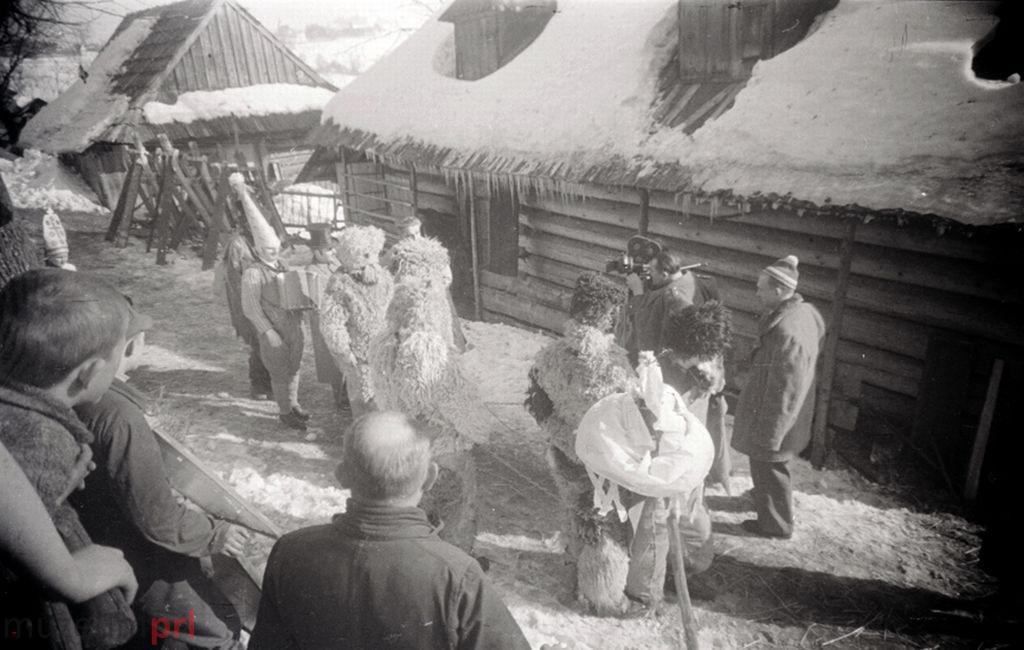 wizerunek  Istebna. Pochód kolędników filmowany przez Polską Kronikę Filmową.