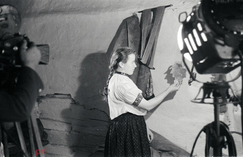 wizerunek  Istebna. Prezentowanie wosku odlanego z okazji andrzejkowej wróżby.