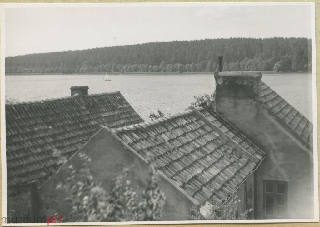 wizerunek  Dachy domów nad brzegiem jeziora